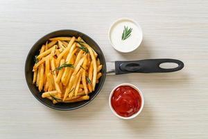 patatine fritte con panna acida e ketchup foto