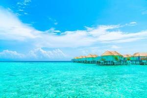 bellissimo resort tropicale delle Maldive e isola con spiaggia e mare and foto