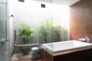 sfocatura astratta bellissimo interno del bagno dell'hotel di lusso foto