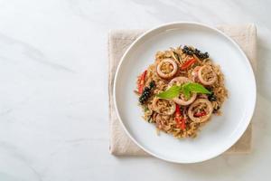 Riso saltato al basilico ed erbe aromatiche con calamari o polpo foto