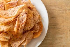 chips di taro - taro affettato fritto o al forno foto
