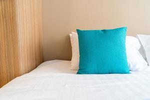 bella e comoda decorazione di cuscini sul letto in camera da letto foto