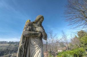 Antica statua di angelo in oltrepo pavese, lombardia, nord italia foto