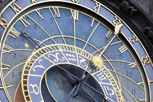 Orologio astronomico sul muro del municipio della città vecchia di Praga, Repubblica ceca foto