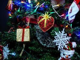 addobbi natalizi appesi su abete foto