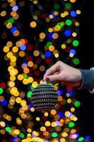 donna con decorazioni natalizie foto