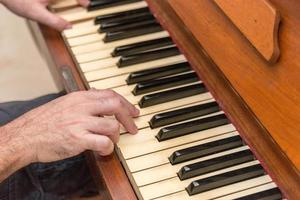 mani di un uomo che suona il pianoforte a rio de janeiro foto