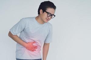 foto di un uomo asiatico con mal di stomaco