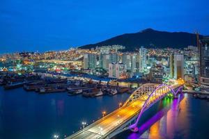 vista notturna del porto e del ponte di busan in corea del sud foto