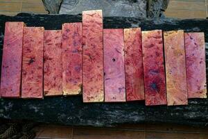 legno di radica rosa naturale rigato foto