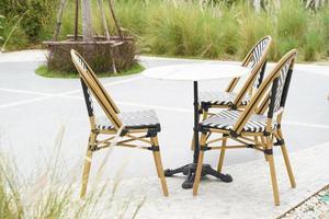 set di mobili, tavolo e sedie per feste all'aperto. tavolo da pranzo e sedie in giardino. foto