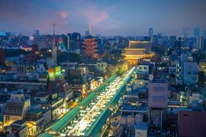 nakamise dori e tempio sensoji nella città di tokyo, giappone foto