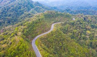 vista stradale sulla montagna dall'alto foto