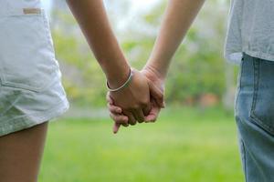 coppie che si tengono per mano in un bellissimo parco foto
