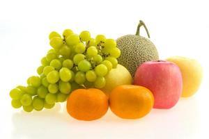 frutta mista su bianco foto
