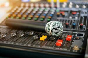 microfono e mixer audio audio sala di controllo analogica sfondo sfocato foto