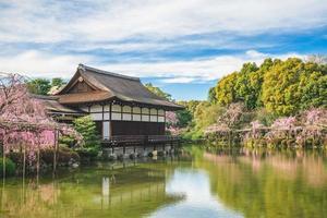 giardino giapponese nel santuario heian, kyoto, giappone foto
