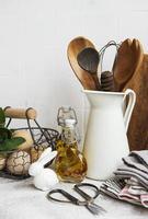utensili da cucina, utensili e stoviglie sul muro di piastrelle bianche di sfondo foto