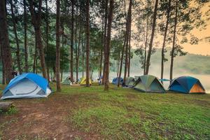 avventure in campeggio e in campeggio al mattino con leggera nebbia a pang-ung, mae hong son, thailandia foto