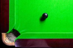 tavolo da biliardo vista dall'alto con palle da biliardo sul verde foto
