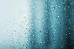 gocce di pioggia su vetro, sfondo foto