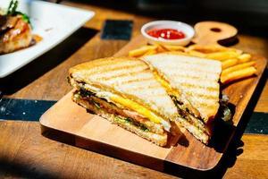 club sandwich con patatine fritte foto