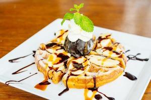 dolce con pancake e gelato al cioccolato foto