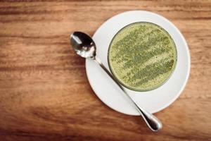 tazza di latte caldo al tè verde matcha foto