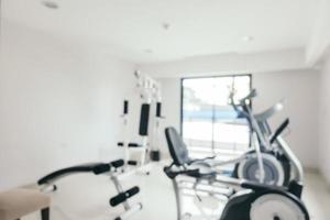 sfocatura astratta attrezzature per il fitness in palestra foto
