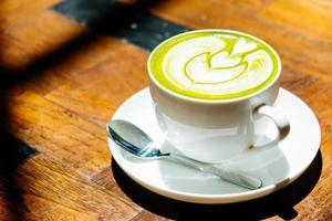 tè verde matcha latte in tazza bianca foto