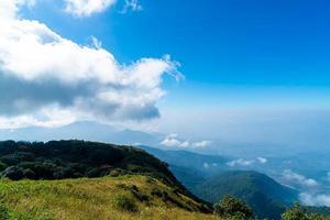bellissimo strato di montagna con nuvole e cielo blu al sentiero naturalistico di Kew Mae Pan a Chiang Mai, Thailandia foto