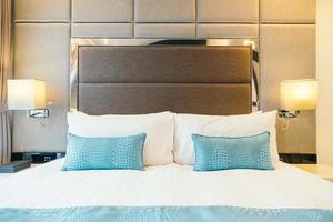 cuscino bianco sul letto foto