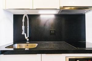 decorazione del rubinetto e del lavandino nella stanza della cucina foto
