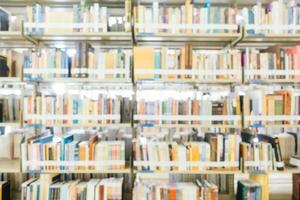 sfocatura astratta e scaffale sfocato in biblioteca foto