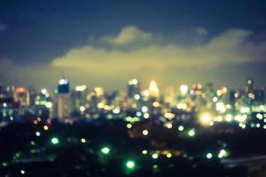 sfocatura astratta e sfocata città di Bangkok di notte in Thailandia foto