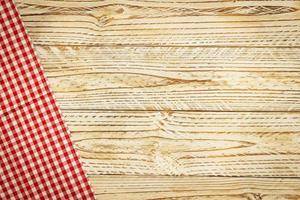 panno da cucina sul tavolo di legno foto