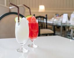 bicchiere di frullato di limone e lime fresco nella caffetteria e nel ristorante foto
