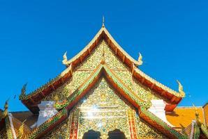 bellissimo monte dorato al tempio di wat phra that doi suthep a chiang mai, thailandia foto