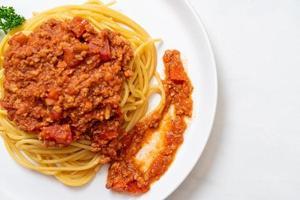spaghetti alla bolognese di maiale o spaghetti con salsa di pomodoro tritato di maiale - stile italiano foto