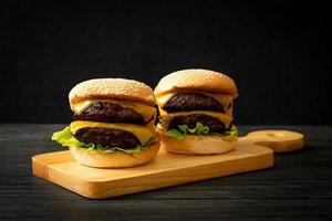 hamburger o hamburger di manzo con formaggio - stile alimentare malsano foto