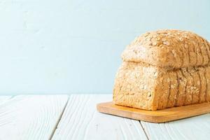 fette di pane integrale su un tavolo di legno foto