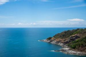 punto di vista di phuket e isola con cielo blu. il soggetto è sfocato. foto