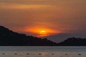 bellissimo tramonto sulla spiaggia di patong, phuket, thailandia foto