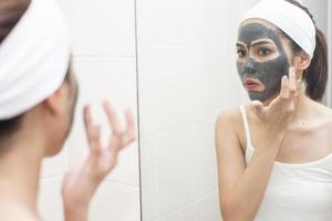 bella donna che si maschera il viso su sfondo bianco foto