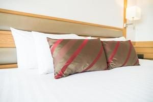 comodo cuscino sul letto foto