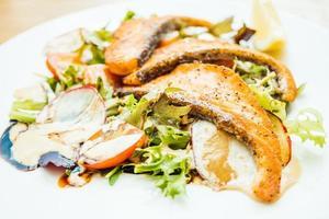 filetto di salmone alla griglia con insalata di verdure foto