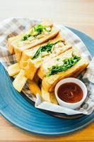 panino con avocado e carne di pollo con patatine fritte foto