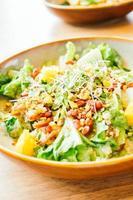 pollo alla griglia con verdure e melograno, insalata di frutta nel piatto - lavorazione del filtro colore foto