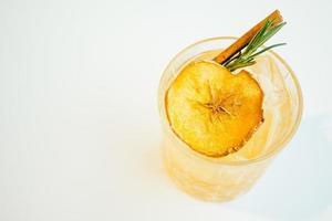 bicchiere di cocktail di mele ghiacciate foto