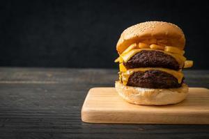 hamburger o hamburger di manzo con formaggio e patatine fritte - stile alimentare malsano foto